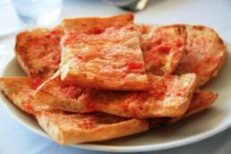 L'esmorzar... Pa amb tomata i pernil o formatge...